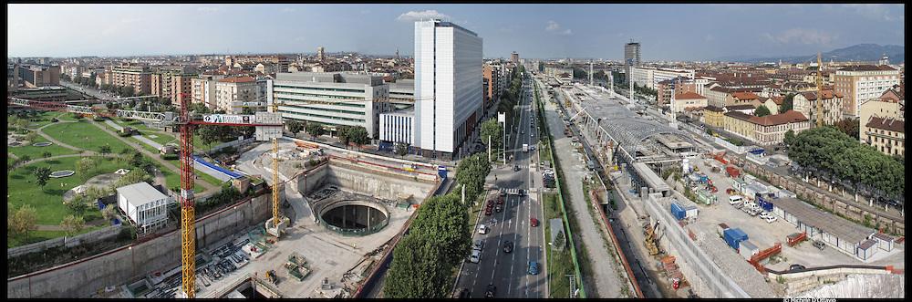 Torino,  corso Inghilterra cantiere del grattacielo Torre Intesa SanPaolo progettato da Renzo Piano accanto al palazzo della provincia di Torino.