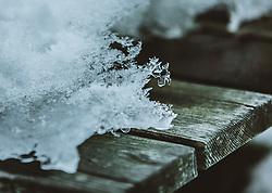 THEMENBILD - Schneedetails ud Schneekristalle auf einem Holzbrett, aufgenommen am 06. Februar 2019 in Kaprun, Oesterreich // Snow details and snow crystals on a wooden board in Kaprun, Austria on 2019/02/06. EXPA Pictures © 2019, PhotoCredit: EXPA/Stefanie Oberhauser