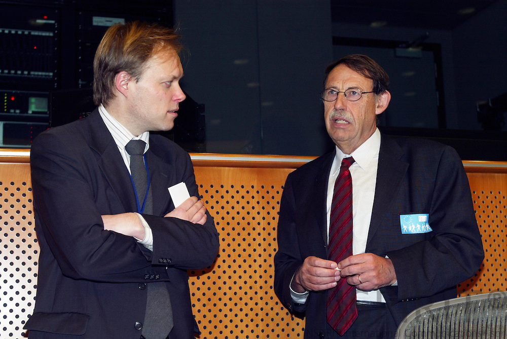"""BRUSSELS - BELGIUM - 10 JANUARY 2006 -- From left .Kurt VANDENBERGHE, Deputy head of cabinet of Commissioner Potocnik, and Jens ROSTRUP-NIELSEN, Research Director of Haldor Topsøe, at the panel discussion on FP7: """"Stimulate Innovation and Excellence in the EU"""".  PHOTO: ERIK LUNTANG /"""