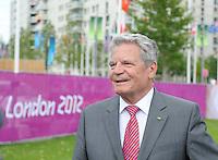Olympia 2012 London   28.07.2012 Bundespraesident Joachim Gauck bei einem Interview waehrend des Besuches im Olympischen Dorf.