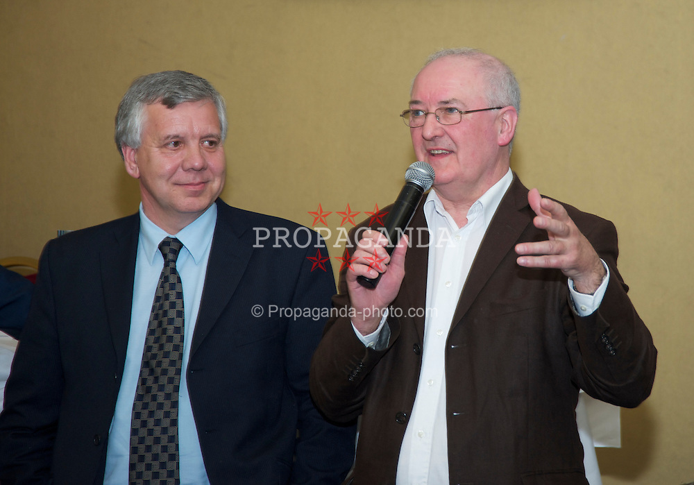 LIVERPOOL, ENGLAND - Friday, May 7, 2010: BBC Radio Merseyside's Alan Jackson and Liverpool Echo reporter Ken Rogers during an Everton Charity Dinner to support Health Through Sport. (Pic by: David Rawcliffe/Propaganda)