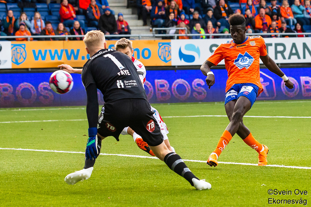 1. divisjon fotball 2018: Aalesund - Levanger (4-0). Aalesunds Pape Habib Gueye (t.h.) setter inn 4-0 forbi keeper Julian Faye Lund i kampen i 1. divisjon i fotball mellom Aalesund og Levanger på Color Line Stadion.