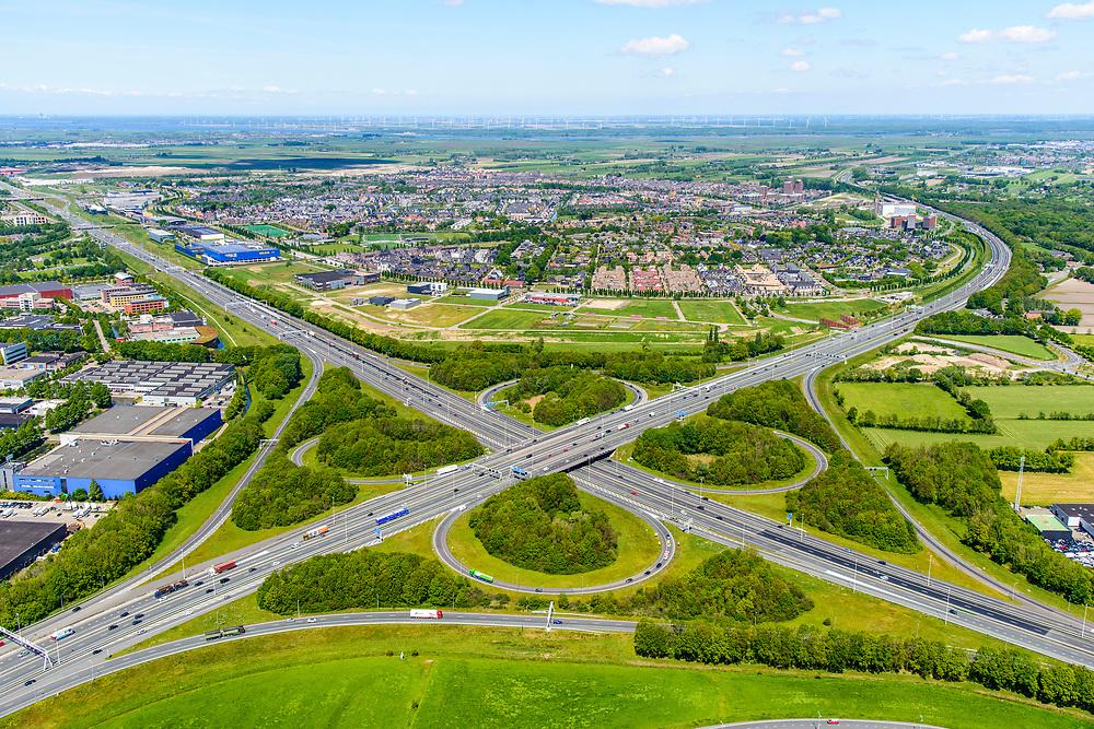 Nederland, Gelderland, Amersfoort, 13-05-2019; Knooppunt Hoevelaken, verkeersknooppunt (klaverblad), aansluiting van de autosnelwegen A1 en A28 (linksonder-rechtsboven). Linksonder bedrijventerrein De Hoef, boven het midden Vathorst.<br /> Hoevelaken junction, near Amersfoort<br /> <br /> <br /> aerial photo (additional fee required); luchtfoto (toeslag op standard tarieven); copyright foto/photo Siebe Swart