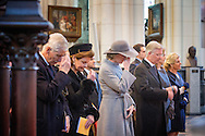 LAKEN &ndash; Het Belgische koningspaar heeft woensdag in de Onze-Lieve-Vrouwkerk in Laken, aan de rand van Brussel, de jaarlijkse mis bijgewoond ter nagedachtenis aan de &lsquo;afgestorven&rsquo; of overleden leden van de koninklijke familie. Zo&rsquo;n eucharistieviering is een traditie, niet alleen in het koningshuis maar bij tal van Belgische organisaties. In de crypte van de kerk bevinden zich de graftombes van de leden van de koninklijke familie.<br /> De opkomst van koninklijke kant was wat mager. Koning Filip en koningin Mathilde werden in de kerk opgewacht door de prinsessen Esmeralda en Lea, respectievelijk de jongste dochter uit het tweede huwelijk van Filips opa koning Leopold III, en de weduwe van Leopolds zoon prins Alexander.<br /> Ook Filips nichtje prinses Margaretha van Luxemburg en haar man prins Nikolaus van Liechtenstein woonden de mis bij. Hun zoontje prins Leopold, die in 1984 kort na de geboorte overleed en in de crypte van de kerk is bijgezet.<br /> Het publiek kan woensdagmiddag de crypte, waar verder onder meer de koningen Boudewijn en Leopold III rustten, en waar koningin Fabiola als voorlopig laatste haar rustplaats vond.17-2-2016