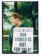 Manifestazioni contro il summit del Fondo Monetario Internazionale e della Banca Mondiale. Praga, settembre 2000.
