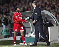 Fotball<br /> Kvartfinale Champions League<br /> Lyon v Porto<br /> 7. april 2004<br /> Foto: Digitalsport<br /> Norway Only<br /> <br /> VIKASH DHORASOO (LYON) / PAUL LE GUEN (LYON COACH) <br /> <br />  *** Local Caption *** 40001110
