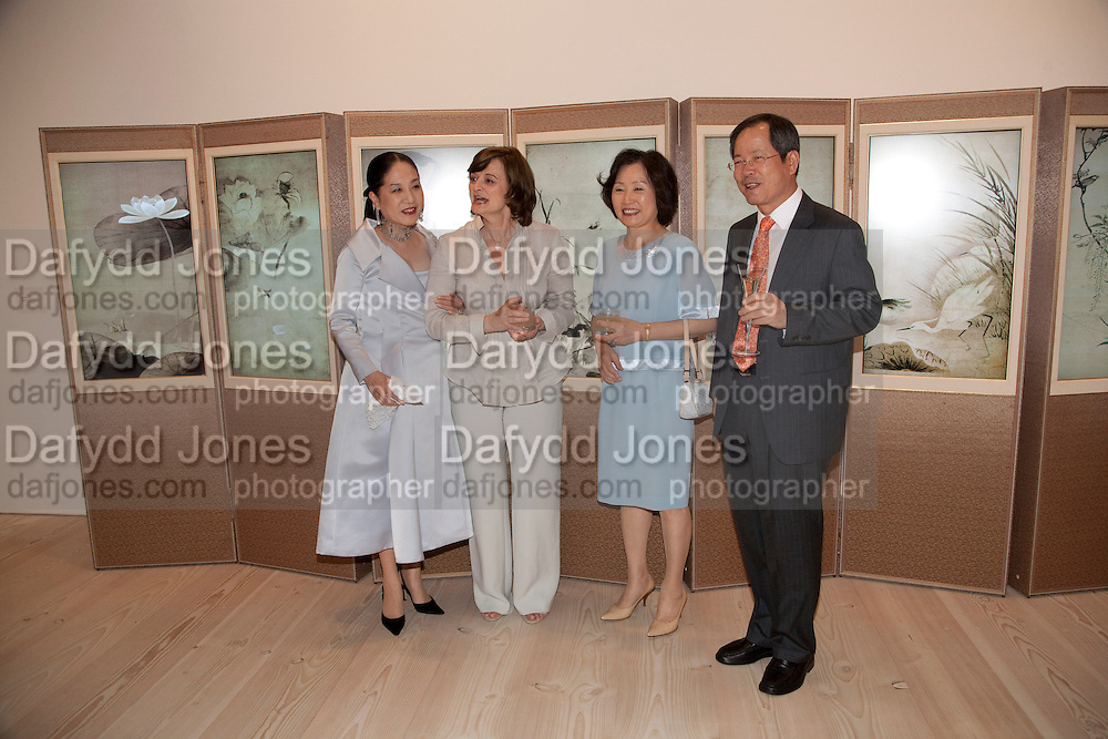 DOWAGER VISCOUNTESS ROTHERMERE;   CHERIE BLAIR; THE KOREAN AMBASSADOR AND HIS WIFE. Korean Eye Dinner  hosted by The Dowager Viscountess Rothermere and Simon De Pury.Sponsored by CJ, Korean Food Globalization Team, Hino Consulting and Visit Korea Committee. Phillips de Pury Space, Saatchi Gallery.  Sloane Sq. London. 2 July 2009.