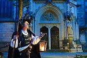 Nachtwächter (Führer), Marienkirche, Pirna, Dämmerung, Sachsen, Deutschland.|.night watchman, St. Mary church at night, Pirna, Saxony, Germany