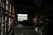 Presque la totalité des bâtiments encore debout vacillent. Ils sont dans un état de ruine où léventrement produit par le tsunami vers une vie privée dévoilée, laisse toujours apparaître un chaos intérieur..Arpenter Ishinomaki aujourdhui veut aussi dire voir ce qui ne devrait pas lêtre. Les maisons sont ouvertes, abandonnée par la force des choses, les objets personnels jonchent les rues.