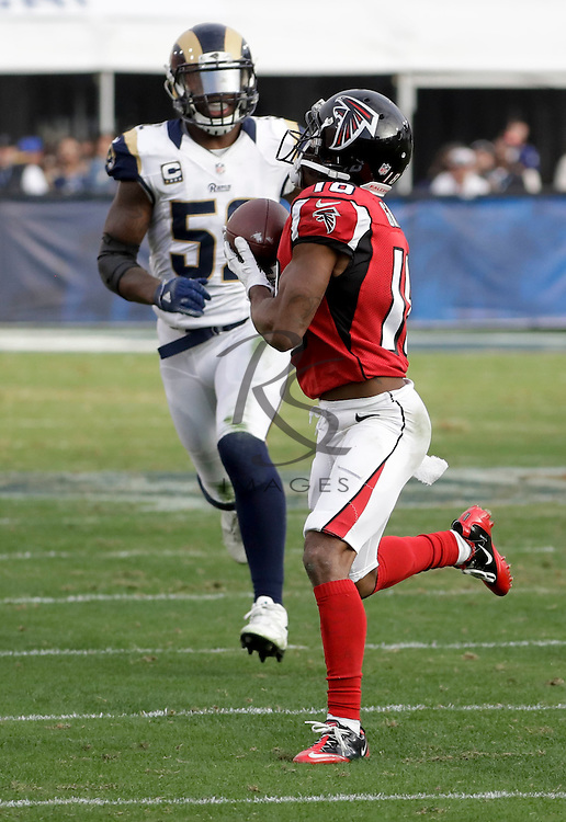 Atlanta Falcons wide receiver Taylor Gabriel catches a touchdown pass as Los Angeles Rams middle linebacker Alec Ogletree looks on during the second half of an NFL football game Sunday, Dec. 11, 2016, in Los Angeles.(AP Photo/Rick Scuteri)