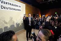 18 SEP 2005 BERLIN/GERMANY:<br /> Gerhard Schroeder, SPD, Bundeskanzler, haelt eine Rede, auf der Wahlparty der SPD, Wahlabend der SPD, Willy-Brandt-Haus<br /> IMAGE: 20050918-01-107<br /> KEYWORDS: Wahlparty, Bundestagswahl, Applaus, applaudieren, Jubel, Gerhard Schröder