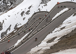 23.05.2017, Bormio, ITA, Giro d Italia 2017, 16. Etappe, Rovetta nach Bormio, im Bild das Feld in der Abfahrt vom Stilfserjoch // the maingroup in descent from passo stelvio during the 16th stage of the 100th Giro d' Italia cycling race from Rovetta to Bormio, in Bormio Italy on 2017/05/23. EXPA Pictures © 2017, PhotoCredit: EXPA/ R. Eisenbauer
