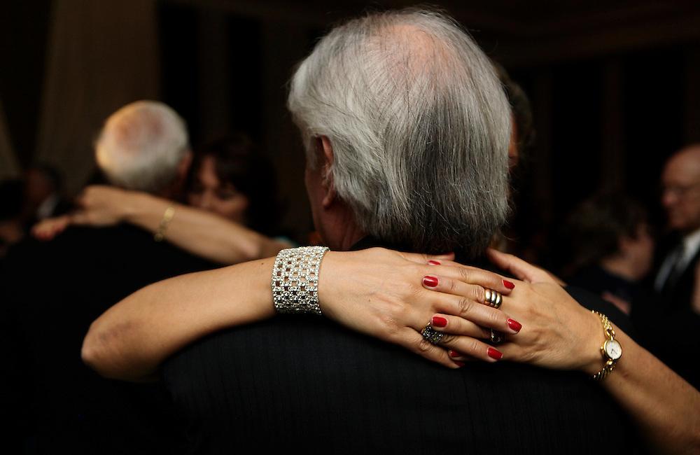 Carpeta 18 Foto 10<br /> Parejas de invitados bailan durante una fiesta de casamiento, Paraguay el 29 de setiembre de 2010. (Jorge Saenz)<br /> <br /> &quot;Todo era una Fiesta&quot;:<br /> Por mas crisis que ataquen la econom&iacute;a publica y privada, la clase alta de Paraguay tal como la de otros pa&iacute;ses, no limita en lo mas m&iacute;nimo su costumbre de festejar las bodas con una gran inversi&oacute;n econ&oacute;mica en los eventos. Este trabajo presentado es parte de uno mas general en desarrollo sobre la sociedad paraguaya llamado &quot;Las Clases&quot; desde hace mas de 10 a&ntilde;os.