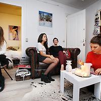 Nederland, Amsterdam , 17 oktober 2014.<br /> Vier meiden in Amsterdam-Oost.vier z.g. Young professionals, stedelingen van eind twintig begin dertig, delen na hun studententijd een huis. Misschien omdat het gezelliger is, misschien omdat ze nog niet toe zijn om samen te wonen met hun vriend of vriendin, maar vooral vanwege financiële redenen.<br /> Foto:Jean-Pierre Jans