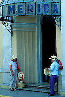 Mexique, Yucatan, Merida, Hôtel Merida // Mexico, Yucatan state, Merida, hat seller in front of Merida hotel