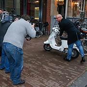 NLD/Amsteram/20121024- Presentatie biografie Joop van den Ende, Maik de Boer omringd door fotografen