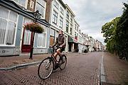 In Utrecht rijden fietsers door de binnenstad.<br /> <br /> In Utrecht cyclists ride at the city center.