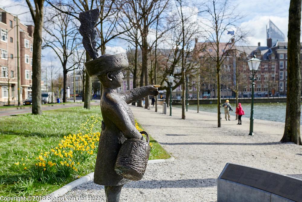 """Beeld van Haagse Jantje aan de Hofvijver in het centrum van Den Haag. Haagse Jantje is bekend van een kinderliedje - `In Den Haag daar woont een graaf en zijn zoon heet Jantje' - Statue of """"Haagse Jantje"""" at the Hofvijver in the center of The Hague, Netherlands. For Dutch people is Haagse Jantje welknown by a childs's song."""
