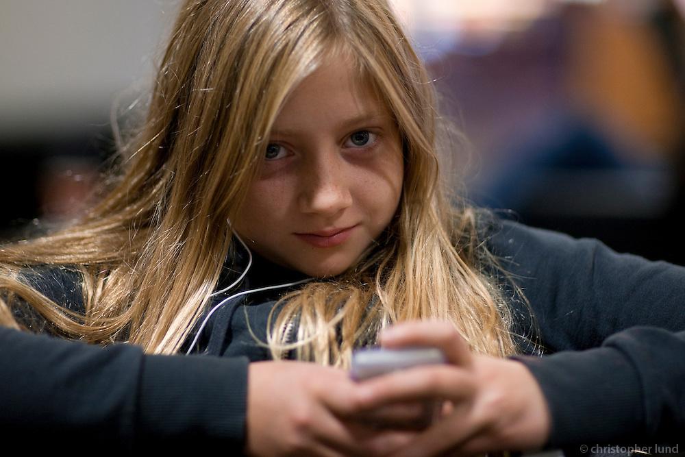 Bjargey að velja lag á iPodnum sínum.