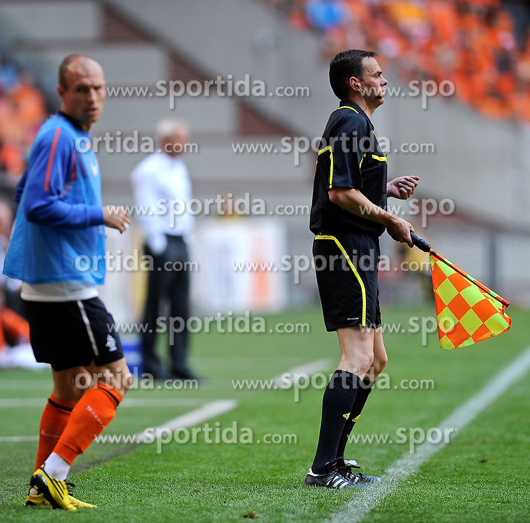 05.06.2010, Arena Stadium, Amsterdam, NLD, FIFA Worldcup Vorbereitung, Netherlands vs Hungaria, im Bild the German referee Christopher Bornhorst and Arjen Robben.EXPA Pictures © 2010, PhotoCredit: EXPA/ nph/  Hoogendoorn / SPORTIDA PHOTO AGENCY