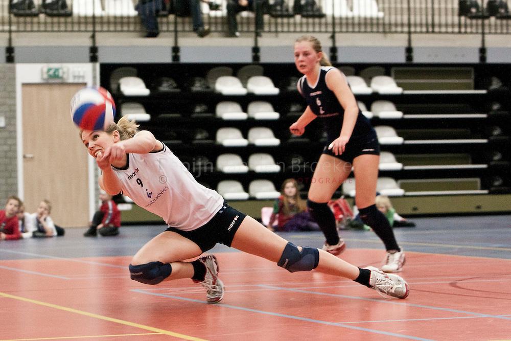 Lycurgus-Peelpush (vrouwenvolleybal). Annelies Kwast (9),Dienke Miedema (6)foto: Pepijn van den Broeke. kilometers: 18