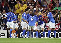 Fotball<br /> Euro 2004<br /> 18.06.2004<br /> Sverige v Italia 1-1<br /> Foto: Omega/SBI/Digitalsport<br /> NORWAY ONLY<br /> <br /> ANTONIO CASSANO FESTEGGIATO DAI COMPAGNI DOPO IL GOL