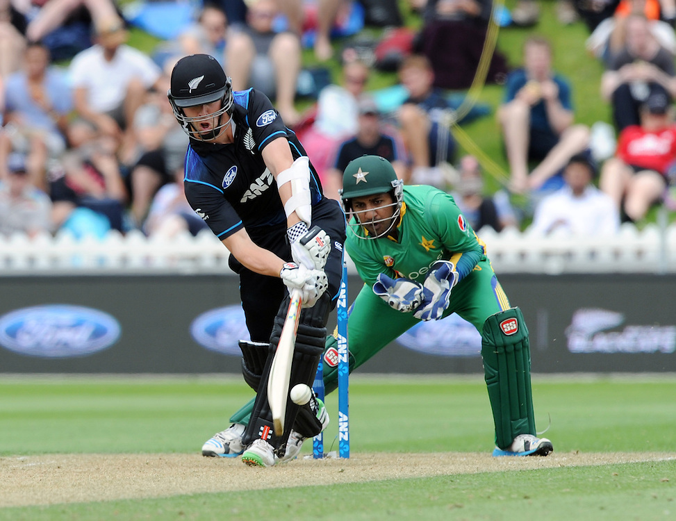 New Zealand's Matt Henry batting in front of Pakistan's Sarfraz Ahmed in the 1st ODI International Cricket match at Basin Reserve, Wellington, New Zealand, Monday, January 25, 2016. Credit:SNPA / Ross Setford