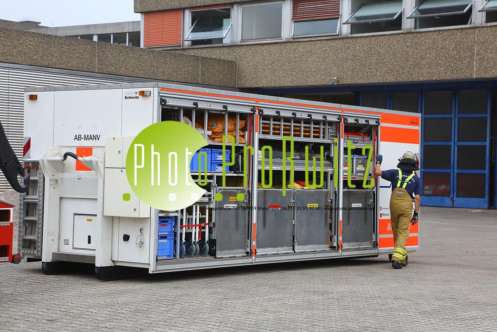 Mannheim. 26.08.17 | &Uuml;bung am AB MANV.<br /> K&auml;fertal. Feuerwache Nord. &Uuml;bung von Feuerwehr und ASB am Abrollbeh&auml;lter Massenanfall von Verletzten (AB-MANV).<br /> Die durch die Firma GIMAEX-Schmitz in Luckenwalde ausgebauten AB-MANV verf&uuml;gen &uuml;ber eine umfangreiche technische und medizinische Beladung, die den Aufbau und den Betrieb eines Behandlungsplatzes f&uuml;r insgesamt bis zu f&uuml;nfzig Patienten erm&ouml;glicht.<br /> Als &Uuml;bungsszenario wird eine explosion in einem Kaufhaus dargestellt.<br /> <br /> <br /> <br /> BILD- ID 2299 |<br /> Bild: Markus Prosswitz 26AUG17 / masterpress (Bild ist honorarpflichtig - No Model Release!)