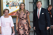 Koning Willem-Alexander en Koningin Máxima en Prinses Beatrix der Nederlanden zijn aanwezig bij de slotviering van 200 jaar Koninkrijk der Nederlanden in Amsterdam. De twee jaar durende viering wordt afgesloten met een bijeenkomst in Koninklijk Theater Carré en met een avond vol optredens op de Amstel.<br /> <br /> King Willem-Alexander and Princess Maxima and Queen Beatrix of the Netherlands to attend the final celebration of 200 years of Kingdom of the Netherlands in Amsterdam. The two-year celebration will end with a meeting in the Royal Theatre Carré and an evening of performances at the Amstel.<br /> <br /> Op de foto / On the Photo: Koning Willem-Alexander en Koningin Máxima met Ank Bijleveld  / King Willem-Alexander and Queen Maxima with Ank Bijleveld