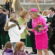 NLD/Makkum/20080430 - Koninginnedag 2008 Makkum, maxima word gefotografeerd door een meisje