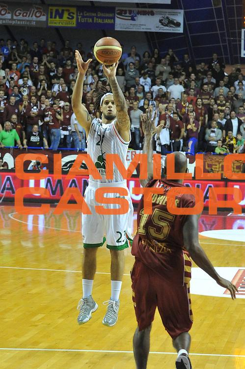 DESCRIZIONE : Venezia Lega A 2012-13 Umana Reyer Venezia Montepaschi Siena <br /> GIOCATORE : daniel hackett<br /> CATEGORIA : tiro<br /> SQUADRA : Umana Reyer Venezia Montepaschi Siena <br /> EVENTO : Campionato Lega A 2012-2013 <br /> GARA : Umana Reyer Venezia Montepaschi Siena <br /> DATA : 30/12/2012<br /> SPORT : Pallacanestro <br /> AUTORE : Agenzia Ciamillo-Castoria/M.Gregolin<br /> Galleria : Lega Basket A 2012-2013  <br /> Fotonotizia : Venezia Lega A 2012-13 Umana Reyer Venezia Montepaschi Siena <br /> Predefinita :