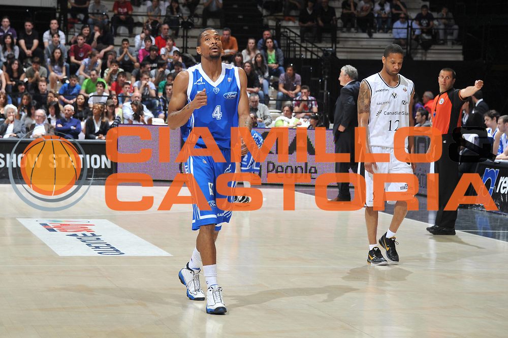 DESCRIZIONE : Bologna Lega A 2010-11 Canadian Solar Bologna Dinamo Sassari<br /> GIOCATORE :  James White<br /> SQUADRA : Canadian Solar Bologna Dinamo Sassari<br /> EVENTO : Campionato Lega A 2010-2011 <br /> GARA : Canadian Solar Bologna Dinamo Sassari<br /> DATA : 03/04/2011<br /> CATEGORIA : Delusione<br /> SPORT : Pallacanestro <br /> AUTORE : Agenzia Ciamillo-Castoria/M.Gregolin<br /> Galleria : Lega Basket A 2010-2011 <br /> Fotonotizia : Bologna Lega A 2010-11 Canadian Solar Bologna Dinamo Sassari<br /> Predefinita :