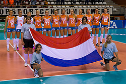 08-06-2012 VOLLEYBAL: EUROPEAN LEAGUE NEDERLAND - GRIEKENLAND: ALMERE<br /> Speelsters van Nederland luisteren naar het volkslied Wilhelmus, vlag, o.a. 5 Robin de Kruijf, 6 Maret Grothues, 9 Myrthe Schoot, 11 Caroline Wensink, 14 Laura Dijkema, 16 Debby Stam-Pilon, 18 Lonneke Sloetjes<br /> ©2012-FotoHoogendoorn.nl / Peter Schalk