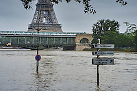 France, Paris, Inondations du 3 juin 2016, pont Bir Hakeim et Tour Eiffel // France, Paris, flood of June 3 2016, Bir Hakeim bridge and Eiffel tower