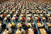 Nederland, Nijmegen, 15-3-2006In Nijmegen, Maastricht, Leiden en Groningen deden zo'n 6000 studenten geneeskunde vandaag massaal een voortgangstoets. Alle jaargangen deden mee en per jaargang moest men een bepaalde score halen.Hiermee wordt gekeken hoe hoog het kennisniveau is van de verschillende jaargangen studenten, bij dezelfde vragen. Medicijnen studeren, tentamen, test, examen in sporthal, universitair onderwijs, universiteit, faculteit, artsen, huisartsen, medisch specialisten in opleiding.Foto: Flip Franssen/Hollandse Hoogte