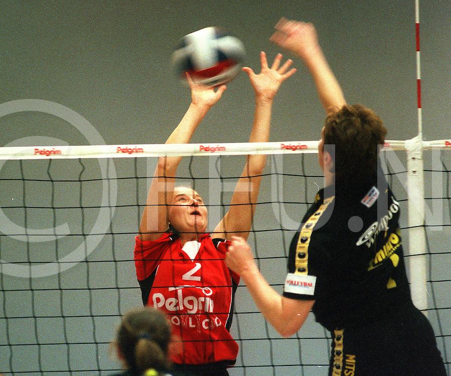 Fotografie Frank Uijlenbroek©1999/Frank Brinkman.991219 ommen ned.sport vollybal volco tegen rozendaal.nr 2 ingrid van de schaaf oog in oog met nr 1 jose kuiper