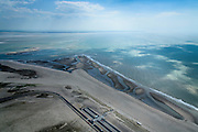Nederland, Zuid-Holland, Rotterdam, 10-06-2015; Tweede Maasvlakte (MV2), Maasvlaktestrand met parkeerterreinen en duinovergangen die toegang geven tot het badstrand.<br />