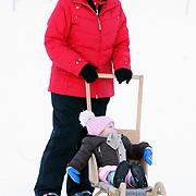 AUT/Lech/20080210 - Fotosessie Nederlandse Koninklijke familie in lech Oostenrijk, Koninging Beatrix en prinses Leonore
