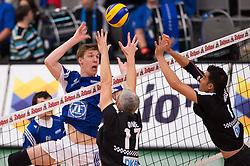 02-11-2014 GER: VfB Friedrichshafen - Berlin Recycling Volleys, Friedrichshafen<br /> Angriff Max Günthör / Guenthoer (#8 Friedrichshafen) - Block / Doppelblock Rob / Johannes Bontje (#17 Berlin), Kawika Shoji (#7 Berlin)<br /> ***NETHERLANDS ONLY***