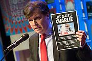 Presentatie van het boekenweekgeschenk en de plannen voor de 80ste Boekenweek.<br /> <br /> op de foto:  Directeur van de Openbare Bibliotheek Amsterdam (OBA), Martin Berendse, met een flyer van Je Suis Charlie naar aanleiding van de gebeurtenissen in Parijs