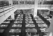 Oost Duitsland, DDR, Leipzig, 1-7-1990 Studiezaal van de bibliotheek, universiteitsbibliotheek, van Leipzig. Op 1 juli 1990 werd de duitse monetaire eenwording effectief. De burgers van de ddr konden hun marken, ostmarken, inwisselen tegen de west-duitse mark, in winkels vond een grote operatie plaats om prijzen aan te passen en westerse producten in de schappen te leggen. Onderwijs, hoger, universiteitFoto: Flip Franssen/Hollandse Hoogte