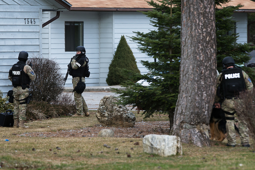 GABE GREEN/Press<br /> <br /> Post Falls Police Special Response officers surround an apartment building on North Pine Street in Rathdrum Friday where 27 year old Post Falls resident Johnathon Raper sought refuge after instigating a car chase with police.