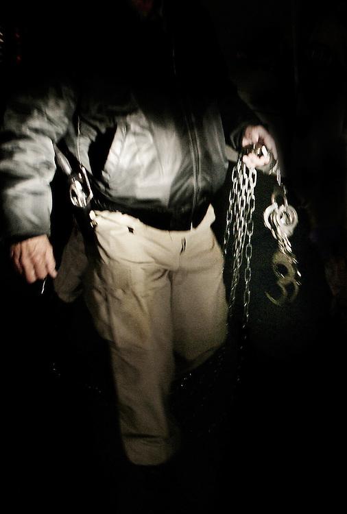 Agente de polic&iacute;a local en Texas llevar cadenas adicionales para el vuelo, en caso de que algunos de los non-criminals est&aacute;n mostrando agresiones mientras era deportado.<br /> Muchos inmigrantes ilegales han pagado todos sus ahorros a un grupo de traficantes de personas para llegar a los EE.UU. y se sienten frustrados cuando ven su sue&ntilde;o americano desaparecer.