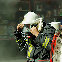 Toluca, Mex.- Bomberos de Toluca trabajan por mas de dos horas para controlar un incendio en una tienda de electrodomésticos (Almacenes Anfora), ubicada en la avenida Juárez del centro de la ciudad de Toluca, tres bomberos resutaron intoxicados siendo atendidos por paramédicos de la Cruz Roja y el SUEM; según versión de los bomberos el siniestro fue por un corto circuito en el almacén subterráneo. Agencia MVT / José Hernández. (DIGITAL)<br /> <br /> <br /> <br /> NO ARCHIVAR - NO ARCHIVE