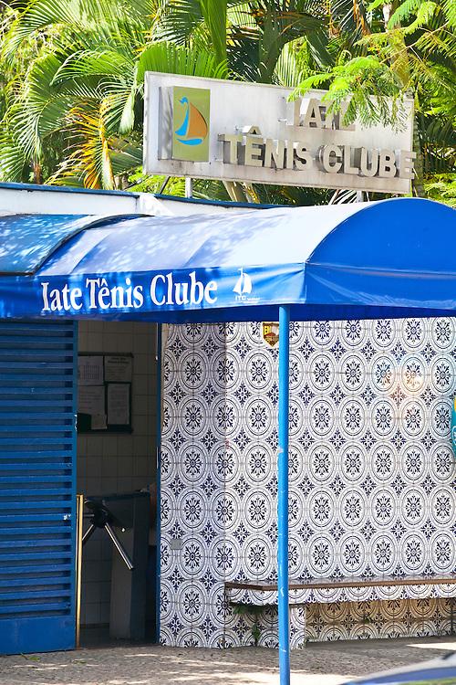 Belo Horizonte_MG, Brasil...Iate Tenis Clube, em frente a Lagoa da Pampulha e ao fundo a Serra do Curral, projetado por Oscar Niemeyer, faz parte do conjunto arquitetonico da Pampulha em Belo Horizonte, Minas Gerais...Iate Tenis Clube, in front of Pampulha Lake and in the background Serra do Curral, designed by Oscar Niemeyer, is part of Pampulha architectural complex in Belo Horizonte, Minas Gerais..Foto: JOAO MARCOS ROSA / NITRO