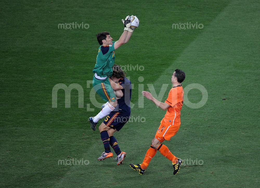 FUSSBALL WM 2010  FINALE   11.07.2010 Holland - Spanien Iker CASILLAS (li, Spanien) gegen Carles PUYOL (Spanien) gegen Robin VAN PERSIE (re, Holland)