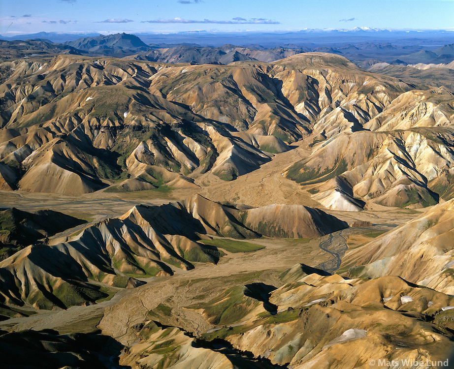 Hattver séð til norðvesturs Loðmundur og  Kerlingarfjöll í baksýni,  í umhverfi Landmannalaugar, Hálendið. / Hattver viewing northwest towards Lodmundur and Kerlingarfjoll mountains, Landmannaafrettur, Highlands.