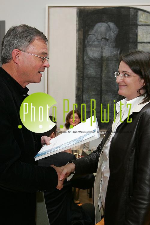 Mannheim. Universit&auml;t. Rektorzimmer. Prof. Dr. Hans-Wolfgang Arndt gratuliert den Diplomanden und &uuml;berreicht die Preise f&uuml;r beste Leistungen.<br /> <br /> Bild: Markus Pro&szlig;witz<br /> ++++ Archivbilder und weitere Motive finden Sie auch in unserem OnlineArchiv. www.masterpress.org ++++