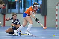 HEEMSKERK- Zaalhockey - Bloemendaal-Pinoke .  Eline Florie met Jolanda Plijter (l)  Copyright Koen Suyk