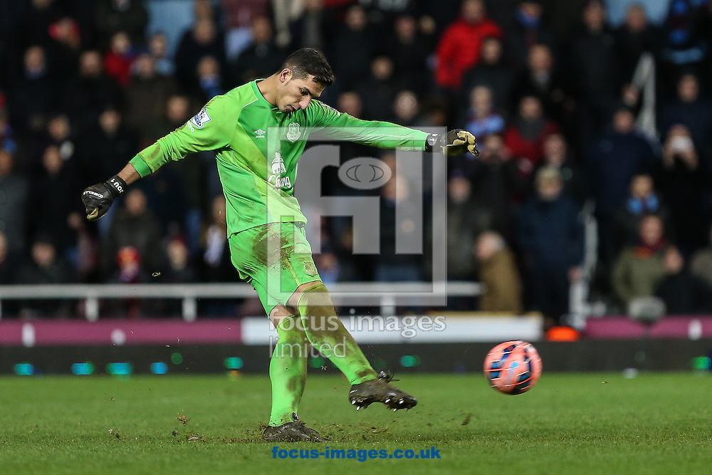 Joel Robles of Everton takes a penalty in a penalty shoot out against West Ham United and misses during the FA Cup match at the Boleyn Ground, London<br /> Picture by David Horn/Focus Images Ltd +44 7545 970036<br /> 13/01/2015